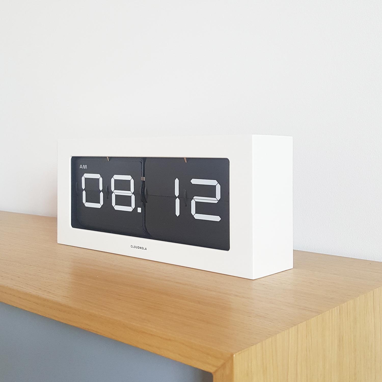 Horloge Flap blanche et noire